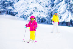 Divertimento dello sci e della neve della famiglia in montagne di inverno Fotografie Stock Libere da Diritti