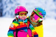 Divertimento dello sci e della neve della famiglia in montagne di inverno Immagini Stock Libere da Diritti
