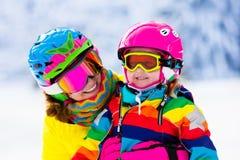 Divertimento dello sci e della neve della famiglia in montagne di inverno Immagine Stock