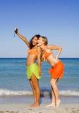 Divertimento di anni dell'adolescenza sulla vacanza della spiaggia Fotografia Stock Libera da Diritti