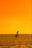 Divertimento di estate con fare windsurf estremo degli sport acquatici Vento praticante il surfing Immagini Stock Libere da Diritti
