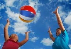 Divertimento di estate della sfera di spiaggia Fotografia Stock Libera da Diritti