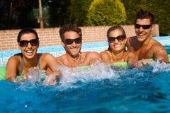 Divertimento di estate nella piscina Fotografie Stock Libere da Diritti