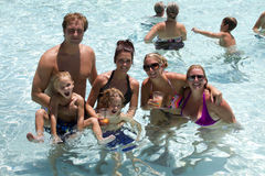 Divertimento di festa della festa in piscina della località di soggiorno Fotografia Stock