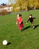 Divertimento di gioco del calcio della famiglia fotografia stock libera da diritti