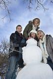Divertimento di giorno della neve con il pupazzo di neve Fotografia Stock Libera da Diritti