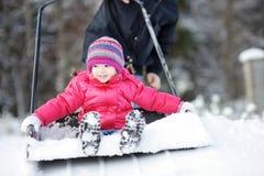 Divertimento di inverno: avere un giro su una pala della neve Immagini Stock Libere da Diritti