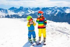 Divertimento di inverno della neve e dello sci per i bambini Sci dei bambini Immagine Stock