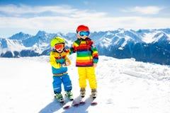 Divertimento di inverno della neve e dello sci per i bambini Sci dei bambini Immagine Stock Libera da Diritti