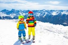 Divertimento di inverno della neve e dello sci per i bambini Sci dei bambini Immagini Stock Libere da Diritti