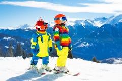 Divertimento di inverno della neve e dello sci per i bambini Sci dei bambini Fotografie Stock Libere da Diritti