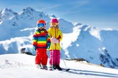 Divertimento di inverno della neve e dello sci per i bambini Sci dei bambini Immagini Stock