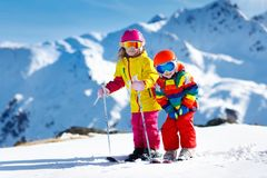 Divertimento di inverno della neve e dello sci per i bambini Sci dei bambini Fotografia Stock