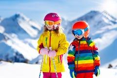 Divertimento di inverno della neve e dello sci per i bambini Sci dei bambini Fotografie Stock