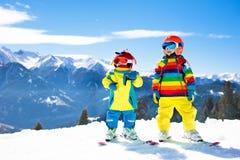 Divertimento di inverno della neve e dello sci per i bambini Sci dei bambini Fotografia Stock Libera da Diritti