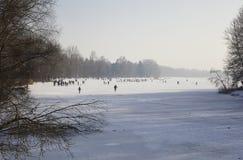 Divertimento di inverno di ghiaccio su un lago congelato, Immagini Stock
