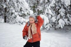 Divertimento di inverno il ragazzo da solo vaga attraverso la foresta nevosa dell'inverno Immagine Stock Libera da Diritti