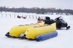 Divertimento di inverno nel parco fotografie stock