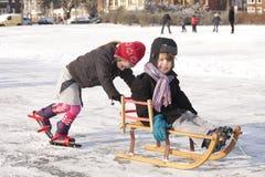 Divertimento di inverno su ghiaccio Fotografia Stock