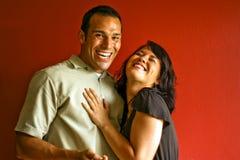 Divertimento di risata di giovane rapporto attraente delle coppie Fotografie Stock Libere da Diritti