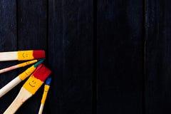 Divertimento di sorriso delle spazzole e felice colorati Fotografie Stock