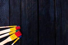 Divertimento di sorriso delle spazzole e felice colorati Immagini Stock