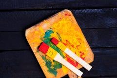 Divertimento di sorriso delle spazzole e felice colorati Fotografia Stock