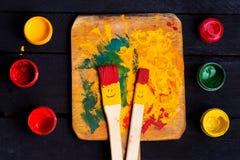 Divertimento di sorriso delle spazzole e felice colorati Immagine Stock