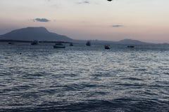 Divertimento di tramonto sulla spiaggia fotografia stock