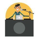 Divertimento DJ no local de trabalho Apresentador de rádio nos fones de ouvido Fotografia de Stock