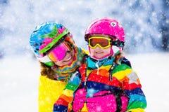 Divertimento do esqui e da neve da família em montanhas do inverno fotos de stock