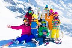 Divertimento do esqui e da neve Família em montanhas do inverno imagem de stock royalty free