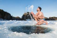 Divertimento do furo do gelo imagens de stock