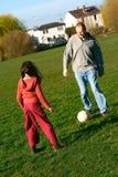 Divertimento do futebol da família Fotografia de Stock