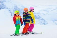 Divertimento do inverno do esqui e da neve para crianças Esqui das crianças fotografia de stock