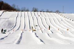 Divertimento do inverno no alojamento do esqui Foto de Stock
