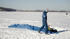 Divertimento do inverno Os povos no lago congelado são contratados no parapente e na pesca do inverno filme