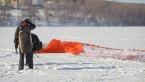 Divertimento do inverno Divertimento do inverno Povos em um lago congelado com os paragliders que preparam-se para voar filme