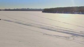 Divertimento do inverno Uma viagem em um carro de neve sobre o gelo congelado do lago vídeos de arquivo