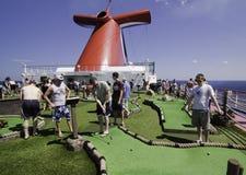 Divertimento do navio de cruzeiros - miúdos que playiing o mini golfe Fotografia de Stock