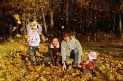 Divertimento do outono da família Fotografia de Stock