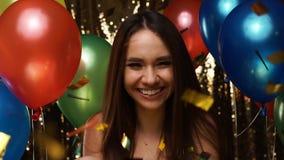 Divertimento do partido Mulher feliz na celebração com balões e confetes vídeos de arquivo