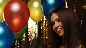 Divertimento do partido Mulher feliz na celebração com balões e confetes video estoque