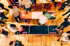 Divertimento do pong da cerveja fotos de stock royalty free