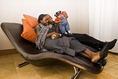 Divertimento do quarto de família - Playtime da família Fotos de Stock Royalty Free