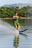 Divertimento do slalom do Água-esquiador  Imagens de Stock Royalty Free