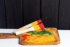 Divertimento do sorriso das escovas e feliz coloridos Imagem de Stock Royalty Free