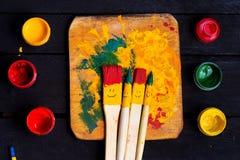Divertimento do sorriso das escovas e feliz coloridos Imagens de Stock Royalty Free
