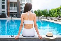 Divertimento do verão no feriado, estilo de vida bonito feliz da mulher que relaxa foto de stock