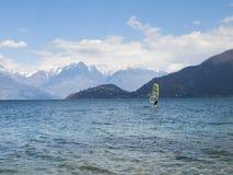 Divertimento do Windsurfer em um dia de Breva Fotografia de Stock Royalty Free
